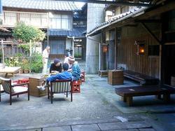 中庭と煙突.JPG